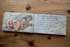 Der linke Fuß ist irgendwann abgerissen,aber im Buch aufbewahrt worden