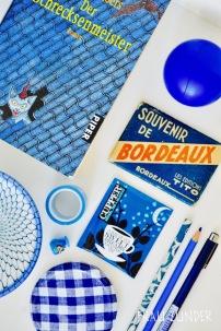Cupper Tee und blaue Bild Collage mit Gegenständen auf Foto