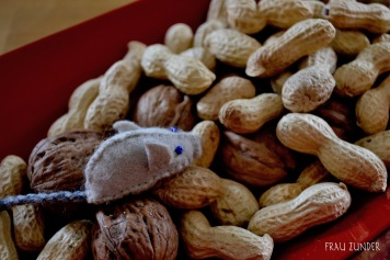 Filzmaus in Erdnüssen und Walnüssen, Dekoration, Herbst, Bad Mergentheim