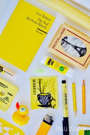 Cupper Tee und gelbe Bild Collage mit Gegenständen auf Foto