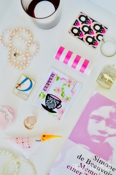 Cupper Tee und rosa weiße Bild Collage mit Gegenständen auf Foto
