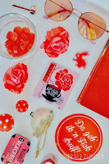 Cupper Tee und rote pinke Bild Collage mit Gegenständen auf Foto