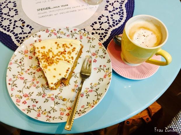 Kuchen im Krimi Café Jussi in Hamburg