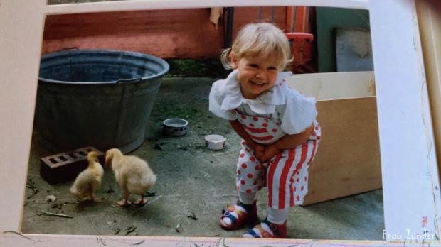 Fotoalbum Mädchen neunziger Jahre Kleider mit Gänseküken