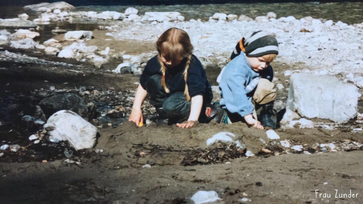 Kinder spielen im Allgäu an der Ostrach